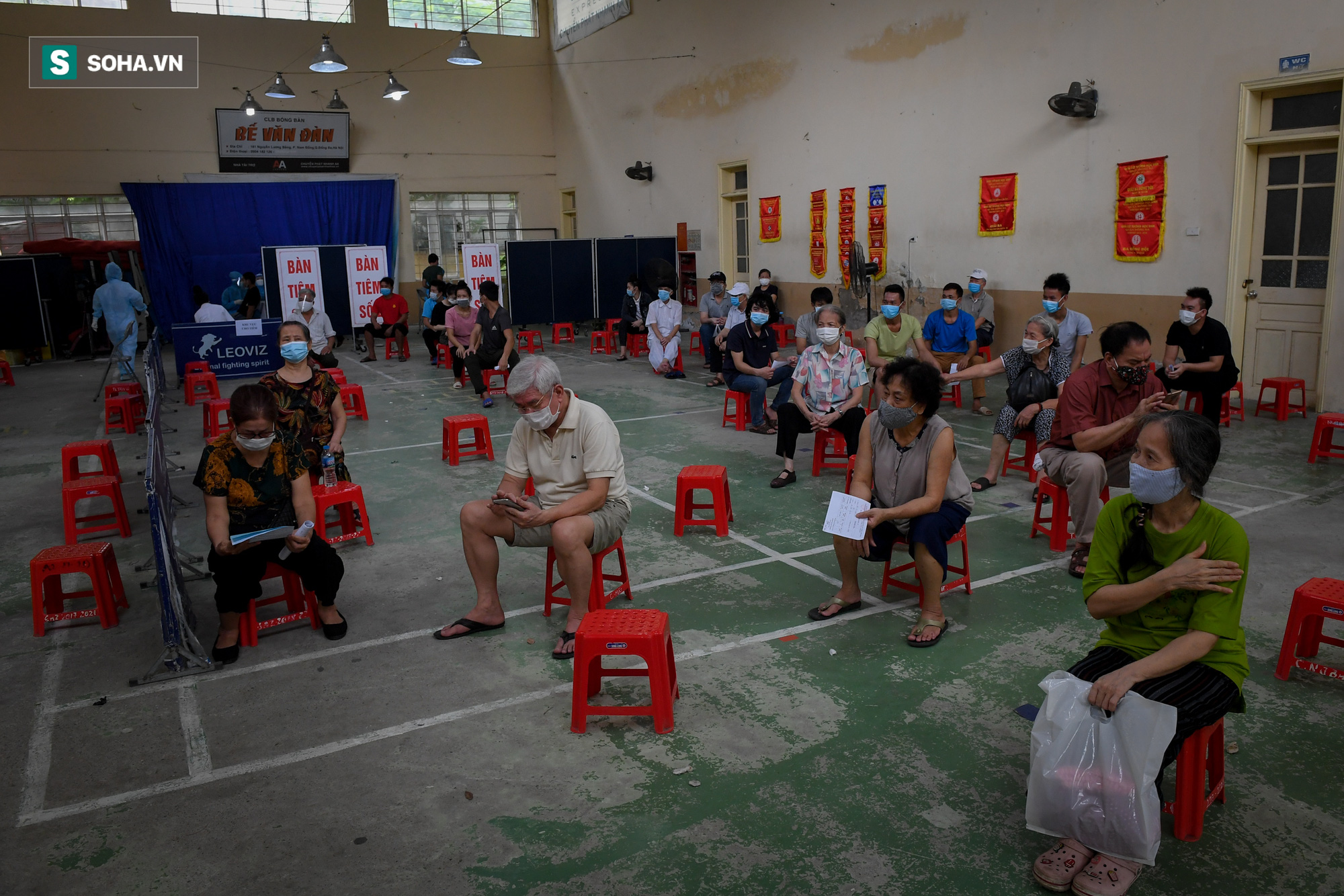 Phường ở Hà Nội tiêm vắc xin Covid-19 cho cả người không có giấy tờ tuỳ thân - Ảnh 12.