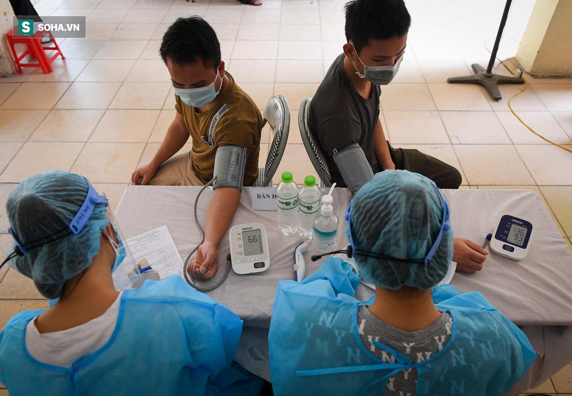 Phường ở Hà Nội tiêm vắc xin Covid-19 cho cả người không có giấy tờ tuỳ thân - Ảnh 2.