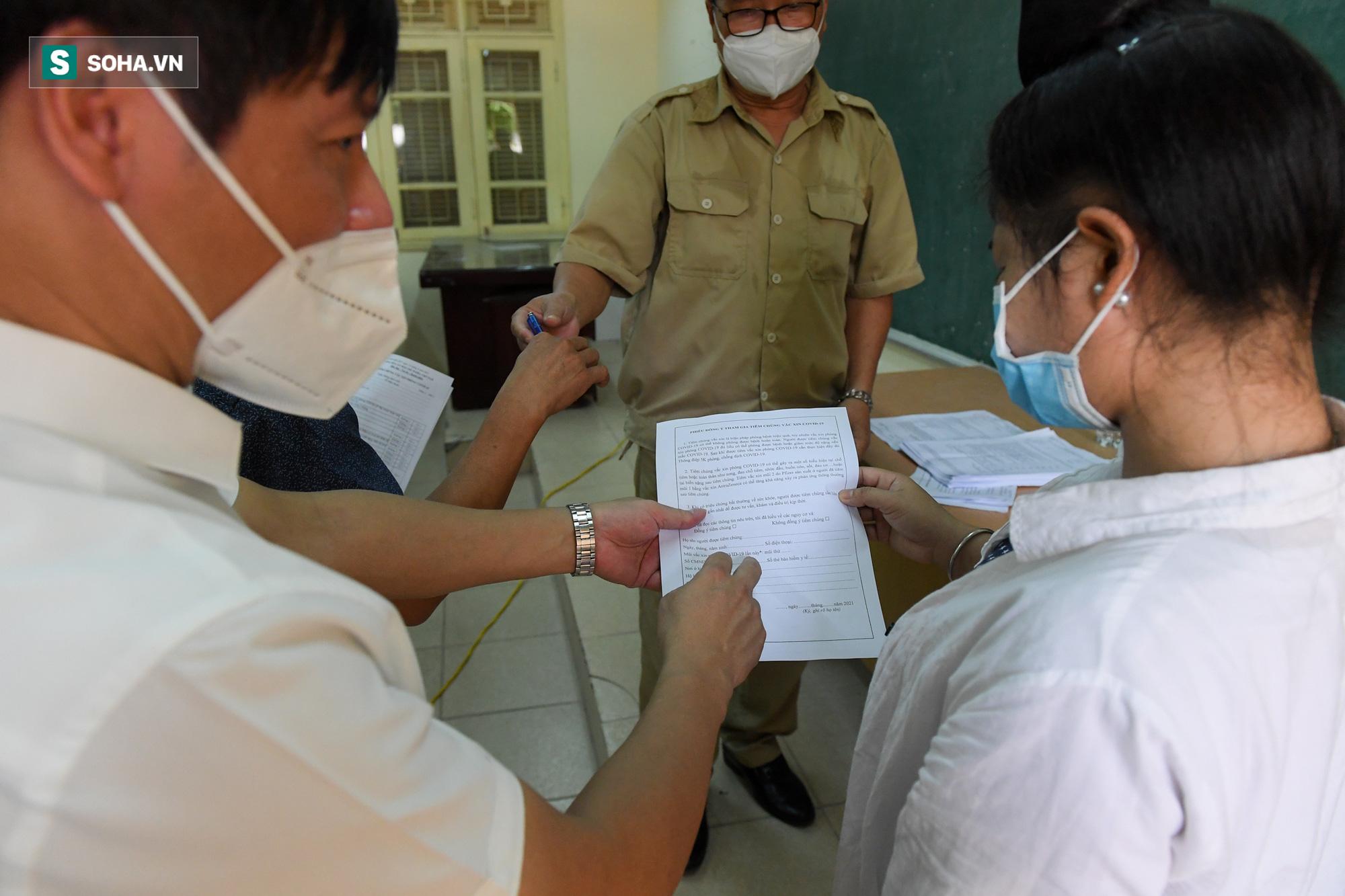 Phường ở Hà Nội tiêm vắc xin Covid-19 cho cả người không có giấy tờ tuỳ thân - Ảnh 3.