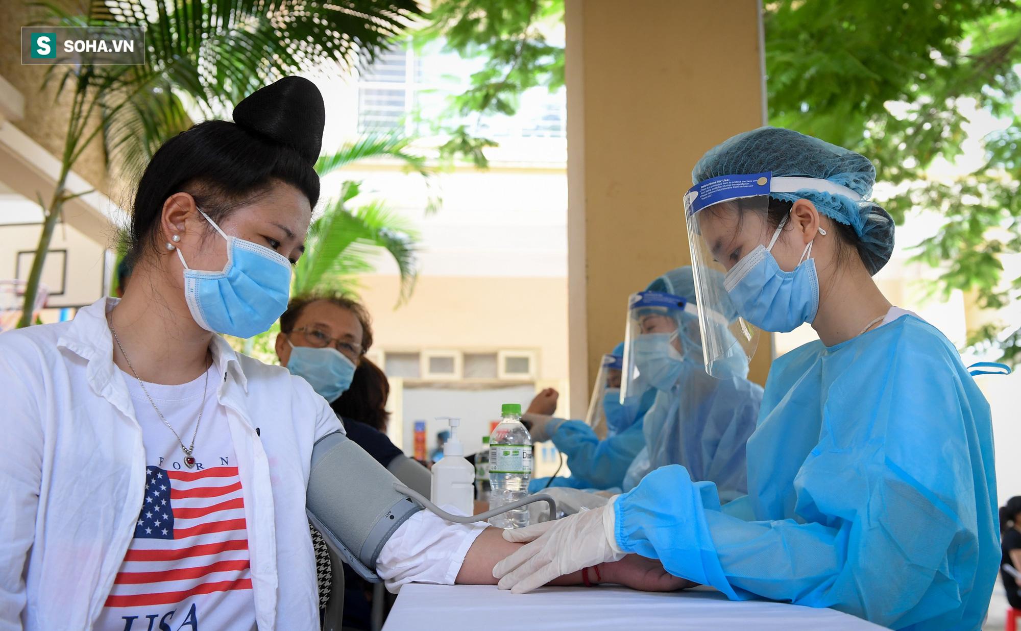 Phường ở Hà Nội tiêm vắc xin Covid-19 cho cả người không có giấy tờ tuỳ thân - Ảnh 4.