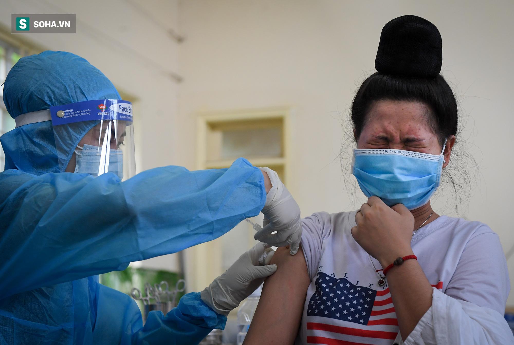 Phường ở Hà Nội tiêm vắc xin Covid-19 cho cả người không có giấy tờ tuỳ thân - Ảnh 5.