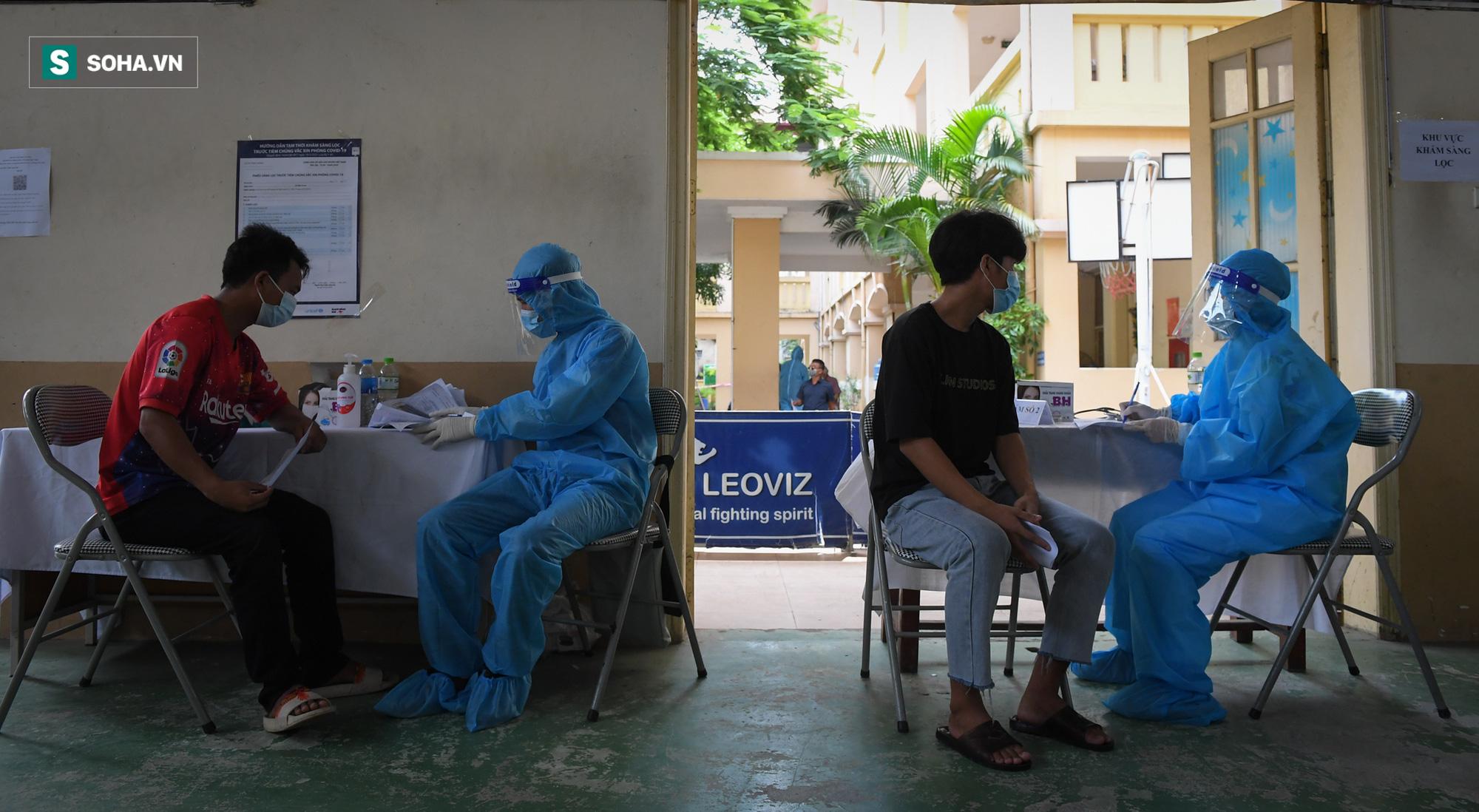 Phường ở Hà Nội tiêm vắc xin Covid-19 cho cả người không có giấy tờ tuỳ thân - Ảnh 8.