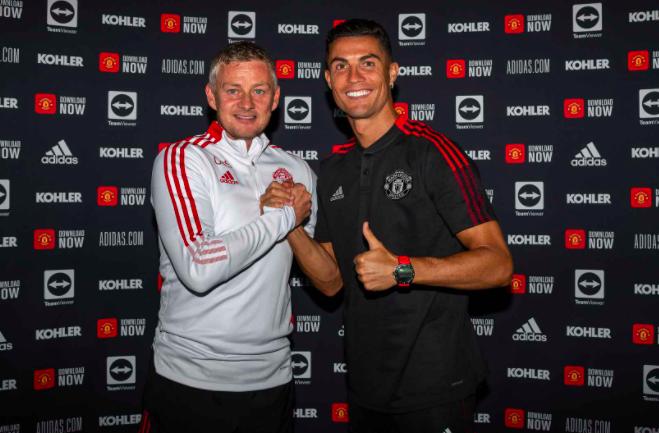 Ronaldo lần đầu tiên mặc áo MU và sải bước trên sân Old Trafford sau 12 năm - Ảnh 6.