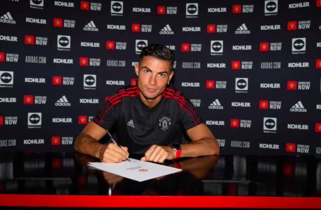 Ronaldo lần đầu tiên mặc áo MU và sải bước trên sân Old Trafford sau 12 năm - Ảnh 8.