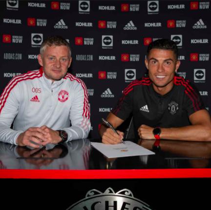 Ronaldo lần đầu tiên mặc áo MU và sải bước trên sân Old Trafford sau 12 năm - Ảnh 9.
