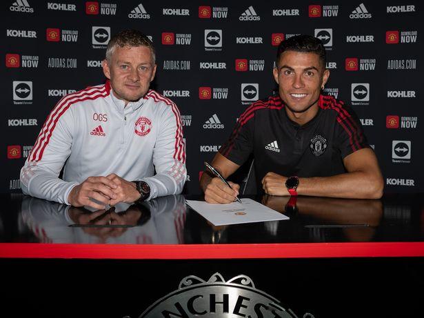 HLV Ole Solskjaer hé lộ cuộc gọi của Ronaldo để Cavani đổi áo - Ảnh 1.
