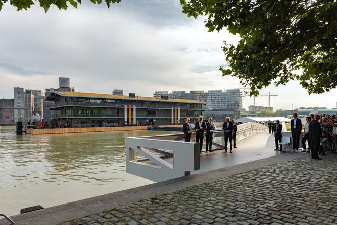 Biến đổi khí hậu khiến mực nước dâng cao, Hà Lan xây dựng luôn văn phòng nổi lớn nhất thế giới để đối phó - Ảnh 2.