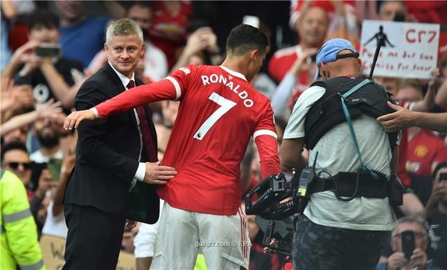 HLV MU phải 'xin phép' Ronaldo khi thay học trò ra sân - Ảnh 1.