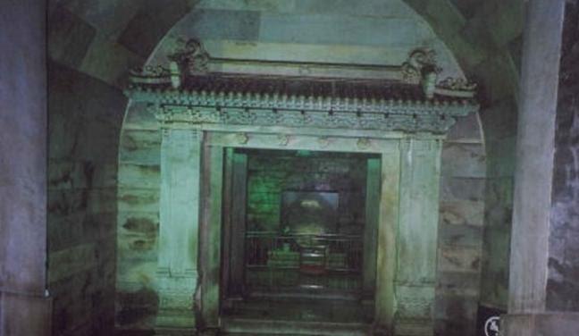 Vượt qua làn khói kỳ lạ từ mộ cổ 300 năm, chuyên gia đụng độ hàng nghìn phi đao: Ai nấy đều bỏ chạy - Ảnh 2.