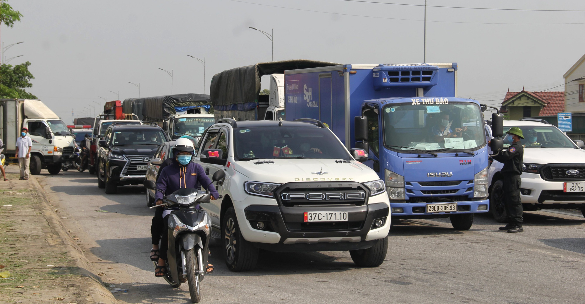 Đoàn xe ùn tắc dài hàng trăm mét trong ngày đầu chuyển từ Chỉ thị 16 xuống Chỉ thị 15 ở TP Vinh - Ảnh 7.