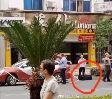Thấy khách mang theo chiếc va li lạ, tài xế taxi kinh hãi gọi ngay cảnh sát khi thấy thứ rỉ ra từ bên trong - Ảnh 3.