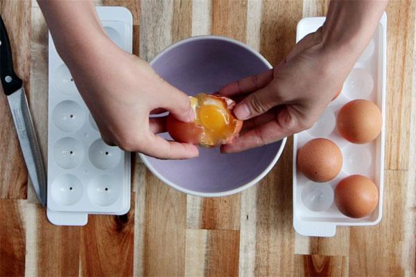 Làm cách này chỉ sau 1 ngày là có trứng muối cực ngon để làm bánh - Ảnh 2.