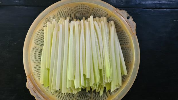 Loại rau miền Tây xưa mọc không ai hái, giờ thành đặc sản nổi tiếng bán trên chợ mạng giá 120.000 đồng/kg - Ảnh 2.