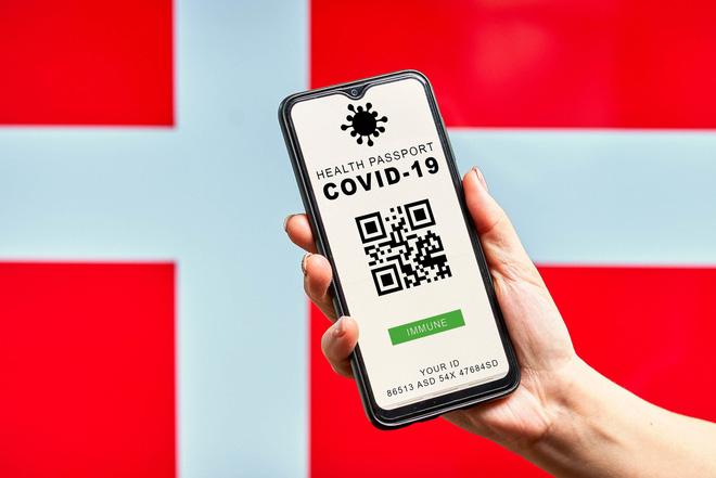 """Kinh nghiệm từ quốc gia EU đầu tiên kiểm soát được COVID-19 thông qua """"thẻ xanh vaccine"""" - Ảnh 2."""