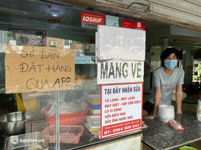 Nhiều quán ăn uống ở Sài Gòn cùng mở bán trở lại: Bún bò bán 300 tô/ngày, shipper xếp hàng mua trà sữa - Ảnh 2.