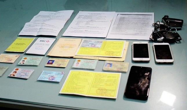 Nhóm lừa đảo liên tỉnh dùng giấy tờ giả chiếm đoạt hàng loạt ô tô - Ảnh 2.