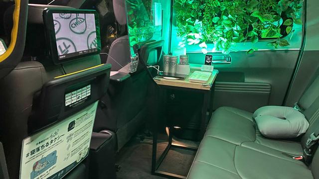 Xe Toyota được hoán cải thành taxi ngủ: Hàng ghế sau như một nhà trọ mini mà lại free - Ảnh 2.