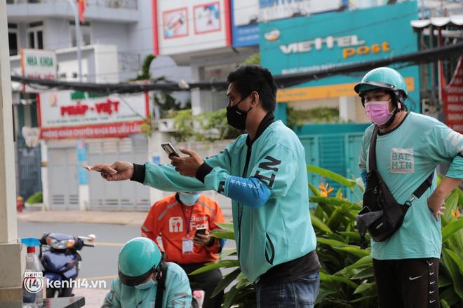 Nhiều quán ăn uống ở Sài Gòn cùng mở bán trở lại: Bún bò bán 300 tô/ngày, shipper xếp hàng mua trà sữa - Ảnh 13.
