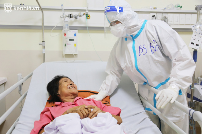 """Gặp lại """"bác sĩ 91"""" từng chữa trị cho phi công người Anh: """"Đỉnh điểm một ngày chúng tôi tiếp nhận 70 bệnh nhân nguy kịch"""" - Ảnh 15."""