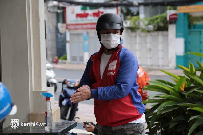 Nhiều quán ăn uống ở Sài Gòn cùng mở bán trở lại: Bún bò bán 300 tô/ngày, shipper xếp hàng mua trà sữa - Ảnh 15.