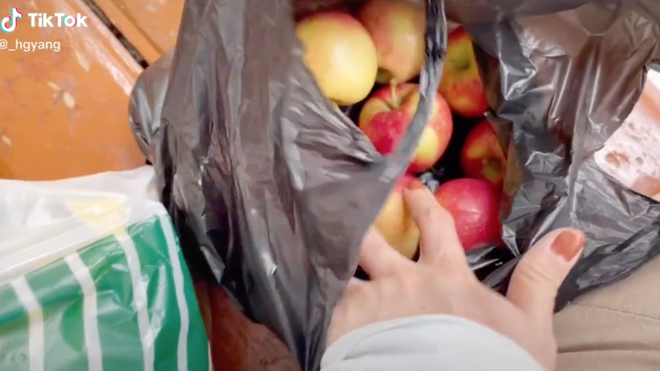 Cô gái Việt ở Hàn Quốc hớn hở vì mua được táo rẻ bèo, không ngờ đã bị cách tính cân của xứ sở kim chi đánh lừa - Ảnh 4.
