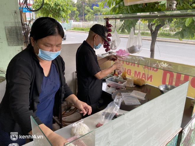 Nhiều quán ăn uống ở Sài Gòn cùng mở bán trở lại: Bún bò bán 300 tô/ngày, shipper xếp hàng mua trà sữa - Ảnh 5.