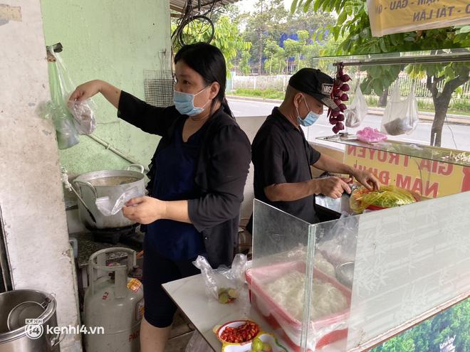Nhiều quán ăn uống ở Sài Gòn cùng mở bán trở lại: Bún bò bán 300 tô/ngày, shipper xếp hàng mua trà sữa - Ảnh 6.