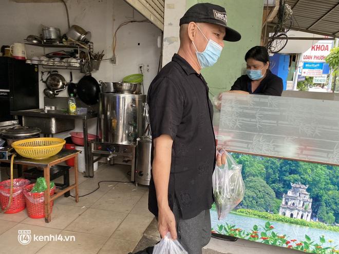 Nhiều quán ăn uống ở Sài Gòn cùng mở bán trở lại: Bún bò bán 300 tô/ngày, shipper xếp hàng mua trà sữa - Ảnh 8.