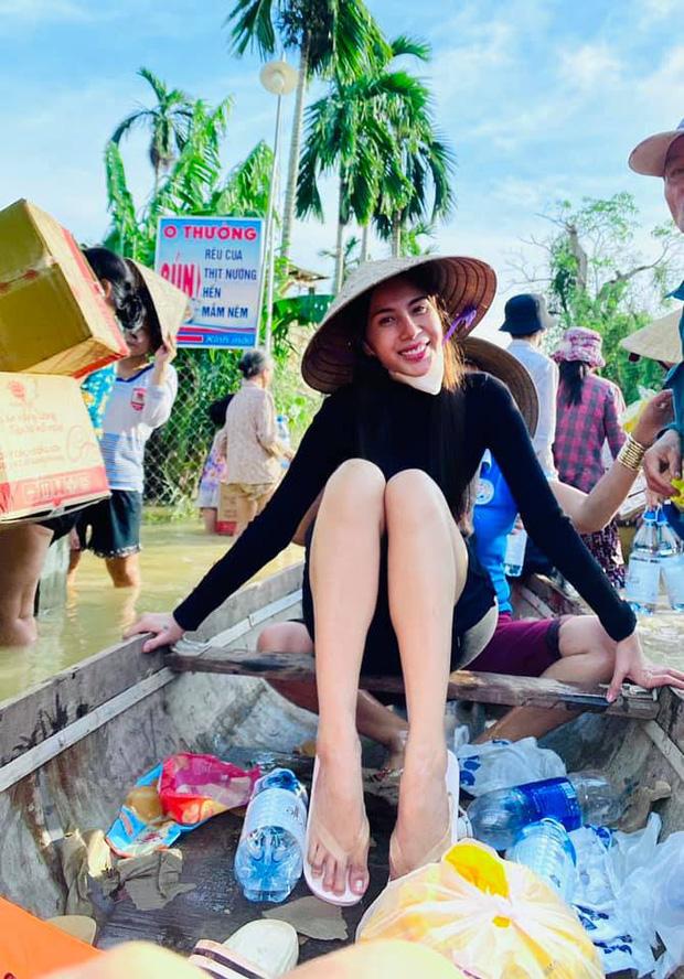 Netizen tranh cãi hình ảnh Thuỷ Tiên tặng thuyền máy cứu trợ miền Trung nhưng chỉ ghi tên 2 vợ chồng, phía chính chủ nói gì? - Ảnh 9.