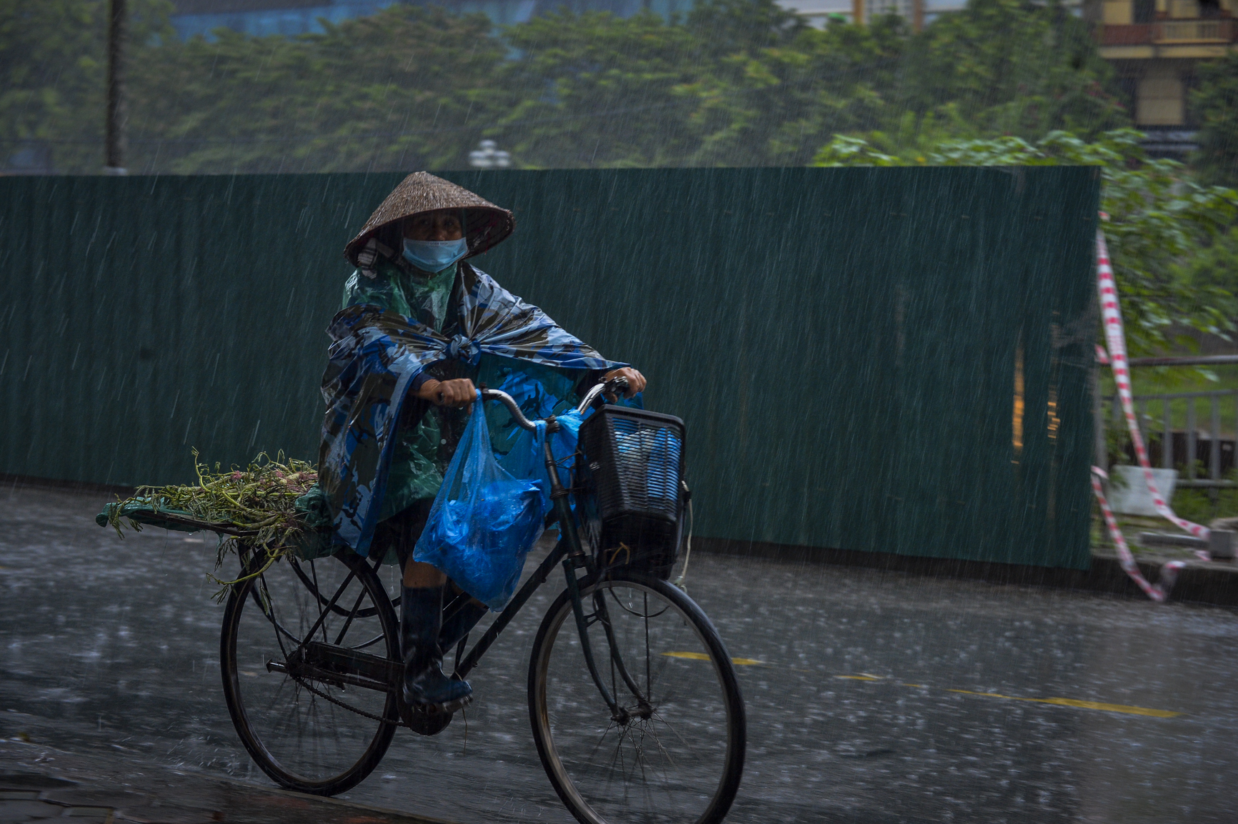 Hà Nội: Trận mưa rào lúc 8h sáng khiến trời tối sầm, nhiều phương tiện phải bật đèn để di chuyển - Ảnh 3.