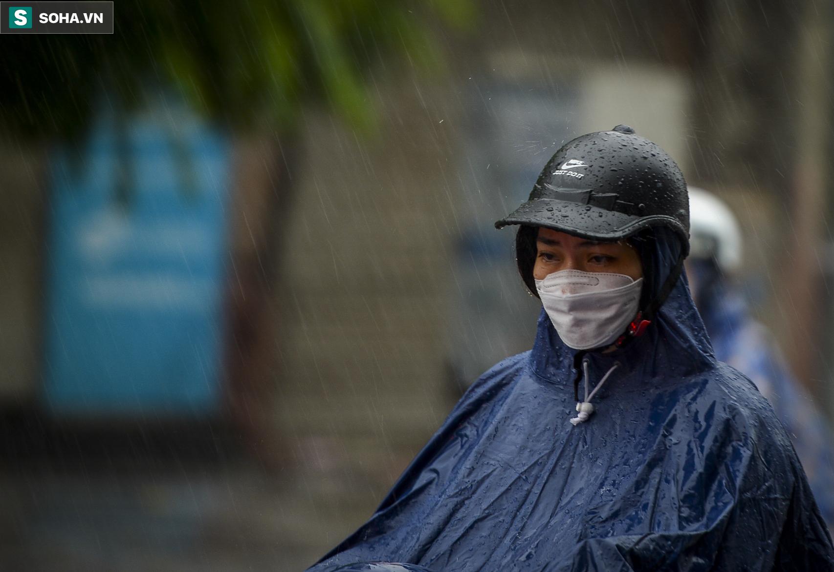Hà Nội: Trận mưa rào lúc 8h sáng khiến trời tối sầm, nhiều phương tiện phải bật đèn để di chuyển - Ảnh 7.