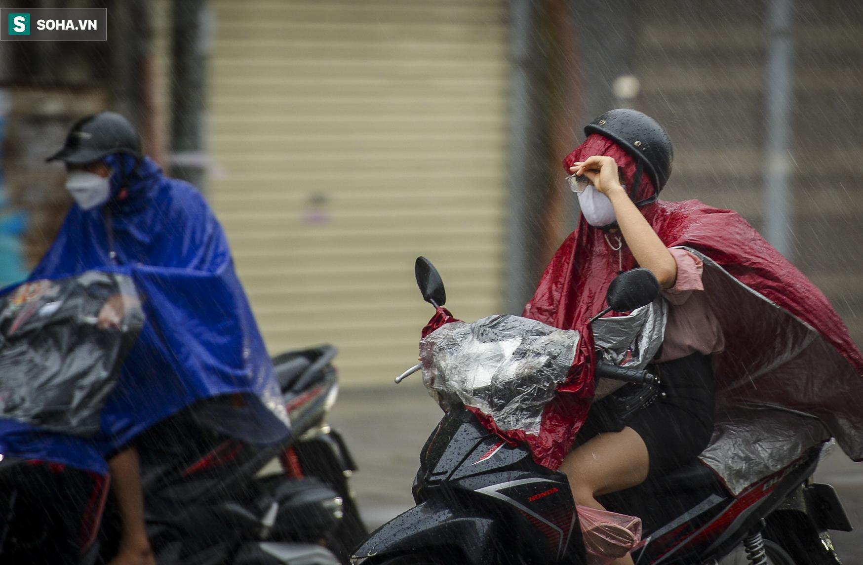 Hà Nội: Trận mưa rào lúc 8h sáng khiến trời tối sầm, nhiều phương tiện phải bật đèn để di chuyển - Ảnh 2.