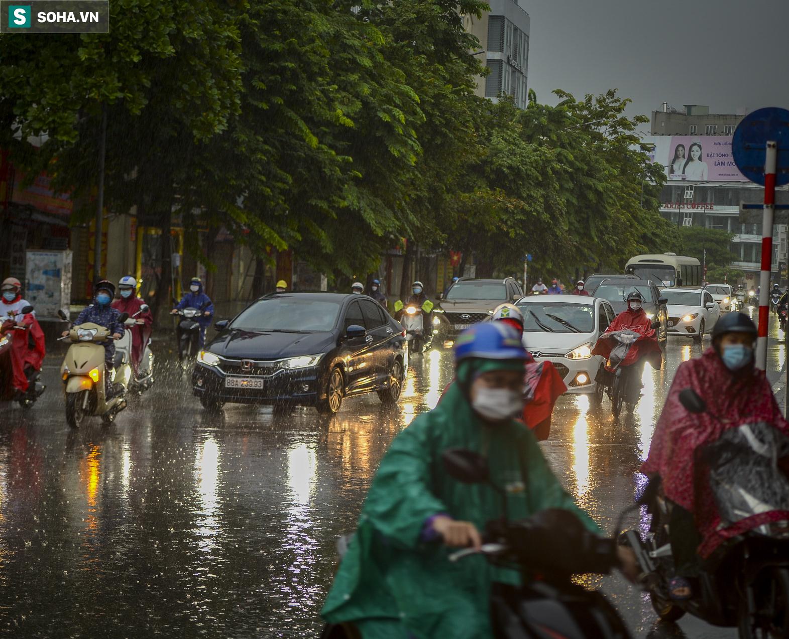 Hà Nội: Trận mưa rào lúc 8h sáng khiến trời tối sầm, nhiều phương tiện phải bật đèn để di chuyển - Ảnh 6.