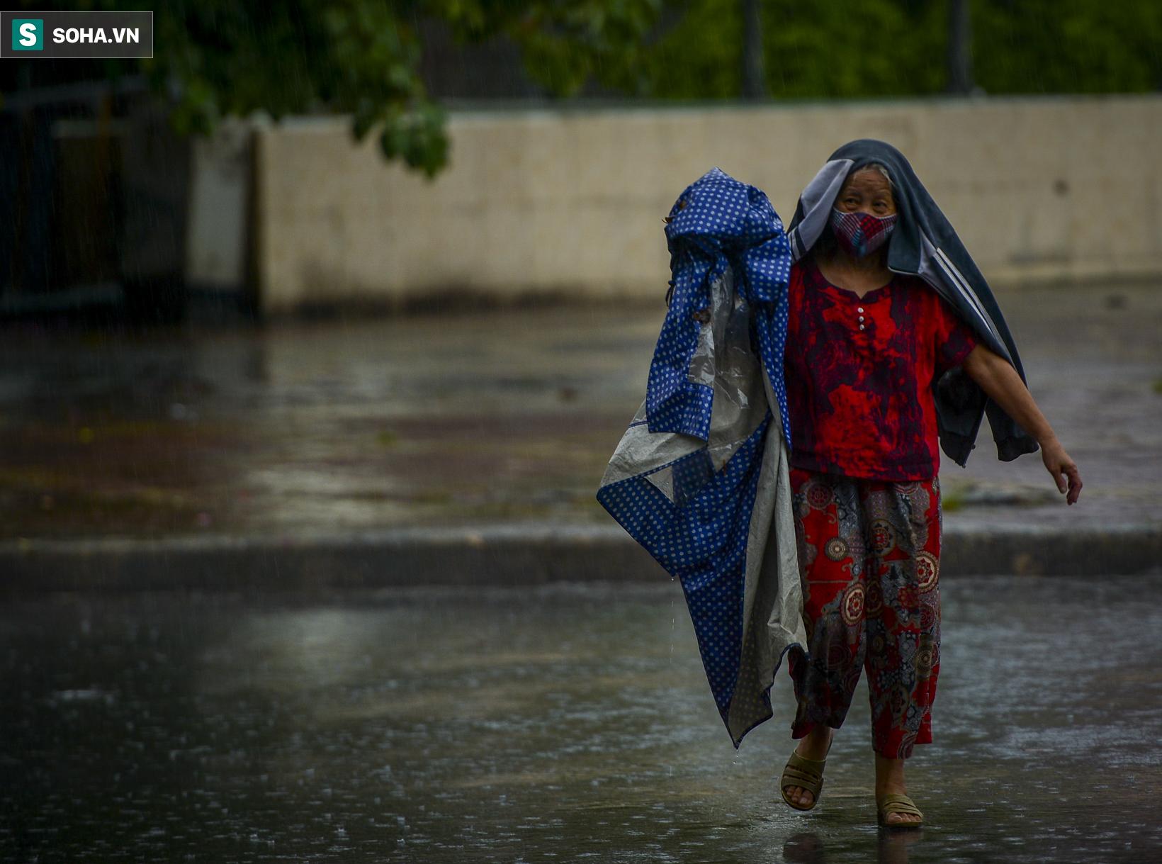 Hà Nội: Trận mưa rào lúc 8h sáng khiến trời tối sầm, nhiều phương tiện phải bật đèn để di chuyển - Ảnh 4.