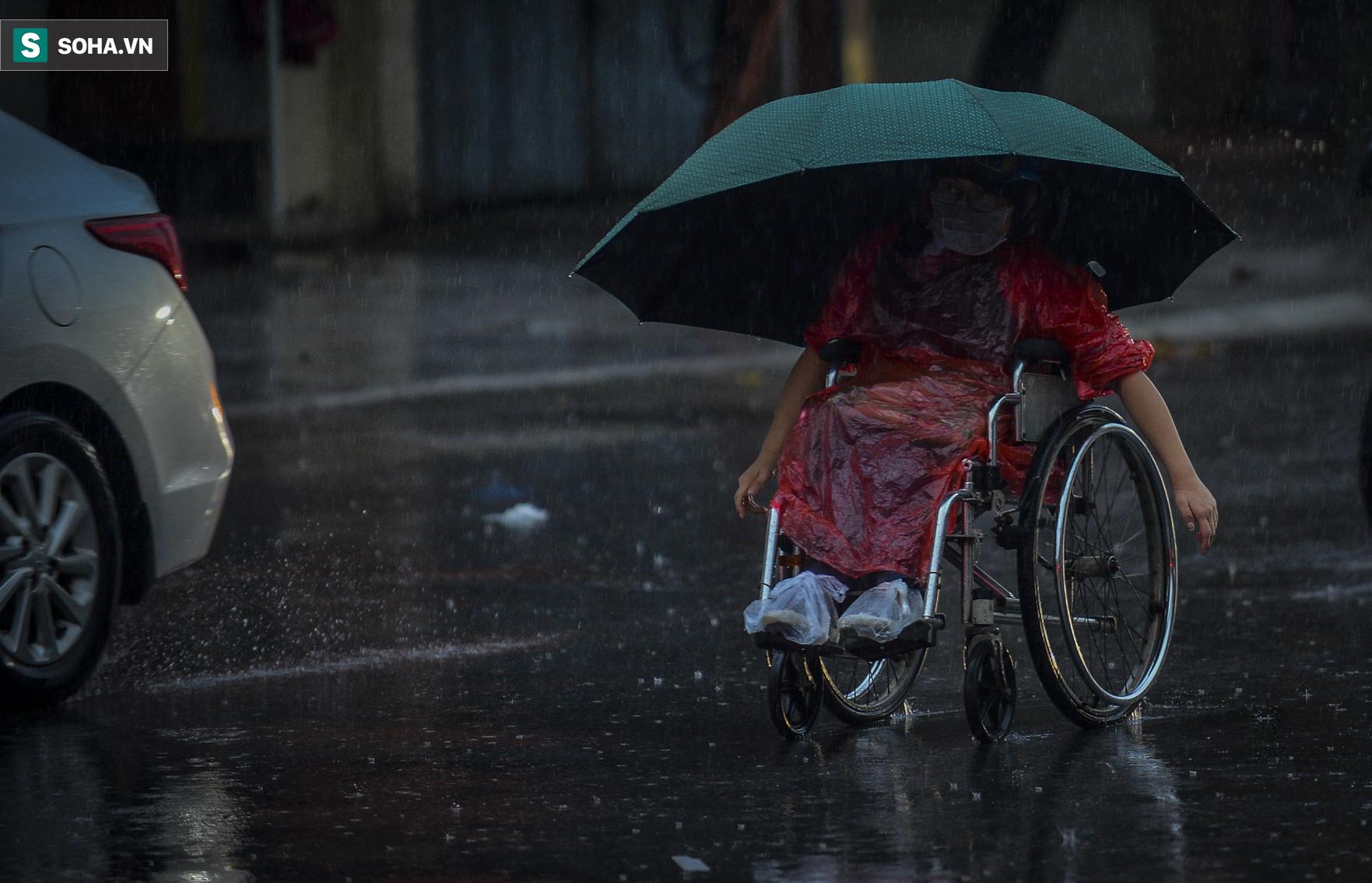 Hà Nội: Trận mưa rào lúc 8h sáng khiến trời tối sầm, nhiều phương tiện phải bật đèn để di chuyển - Ảnh 10.