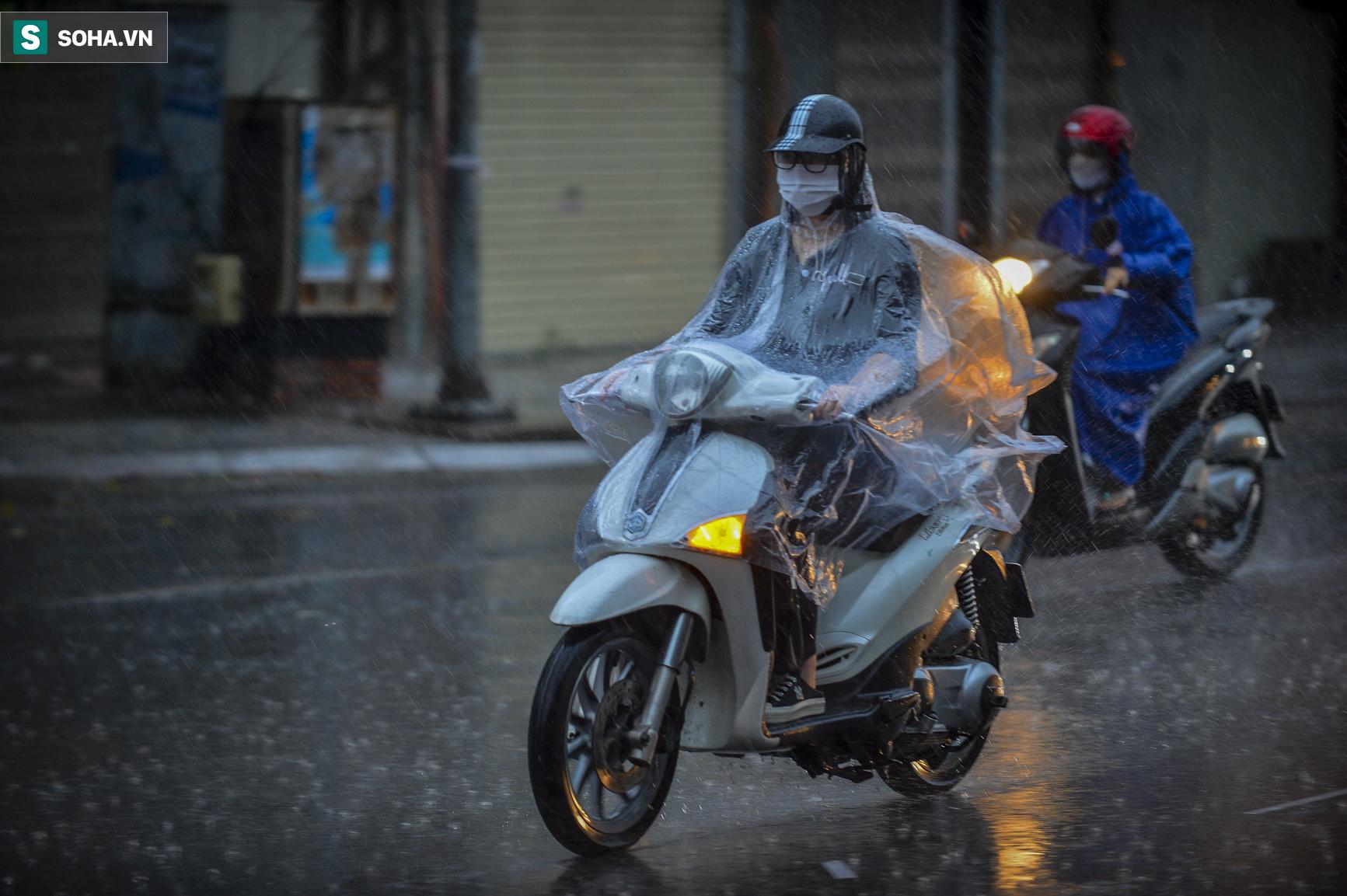 Hà Nội: Trận mưa rào lúc 8h sáng khiến trời tối sầm, nhiều phương tiện phải bật đèn để di chuyển - Ảnh 5.