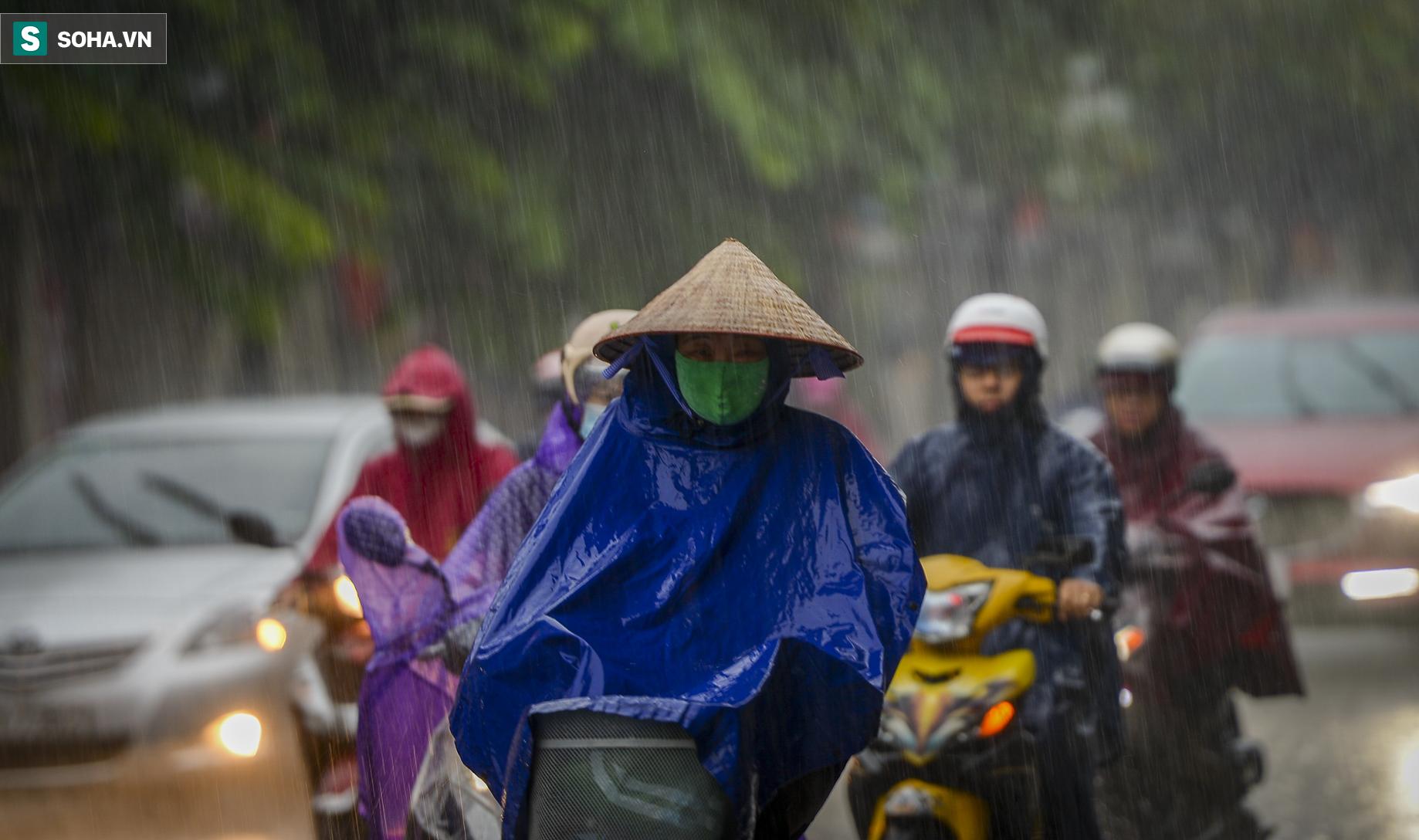 Hà Nội: Trận mưa rào lúc 8h sáng khiến trời tối sầm, nhiều phương tiện phải bật đèn để di chuyển - Ảnh 8.