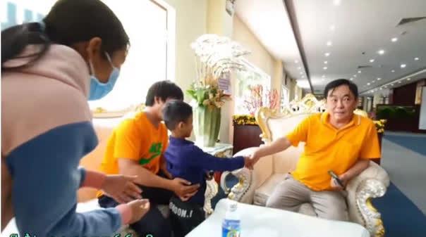 Con người thật của ông Huỳnh Uy Dũng được tiết lộ trong cuộc gặp với em bé nghèo theo mẹ đến Đại Nam - Ảnh 2.