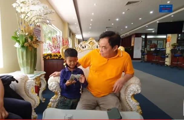 Con người thật của ông Huỳnh Uy Dũng được tiết lộ trong cuộc gặp với em bé nghèo theo mẹ đến Đại Nam - Ảnh 3.