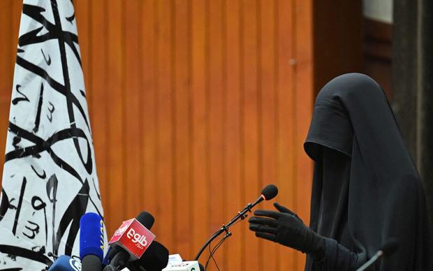 Bộ đồ kỳ lạ của phụ nữ Afghanistan: Phải bịt kín mắt để đi học, lo ngại lớn về lời hứa công bằng với phụ nữ của Taliban - Ảnh 1.