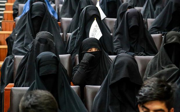 Bộ đồ kỳ lạ của phụ nữ Afghanistan: Phải bịt kín mắt để đi học, lo ngại lớn về lời hứa công bằng với phụ nữ của Taliban - Ảnh 2.
