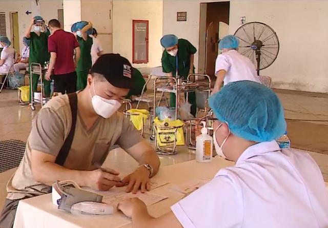 Cảm nhận của người nước ngoài tiêm vaccine COVID-19 ở Hà Nội - Ca nhiễm mới bốc đầu ở 1 nước Đông Nam Á - Ảnh 1.