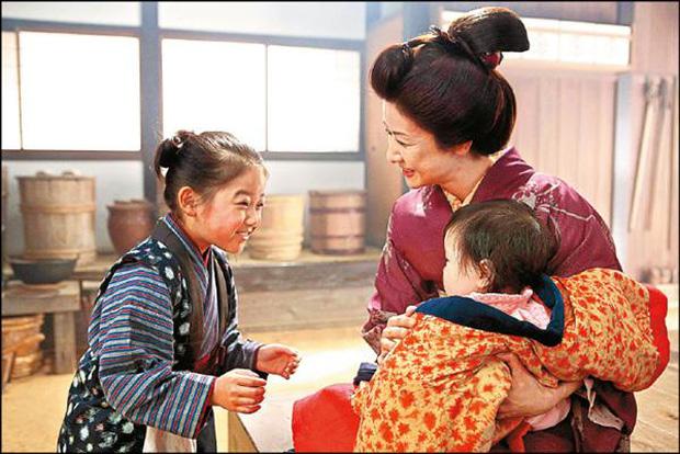 Ngỡ ngàng với nhan sắc cô bé Oshin kinh điển sau gần 40 năm, vẫn đóng phim ầm ầm nhưng đường tình duyên mới gây chú ý - Ảnh 8.