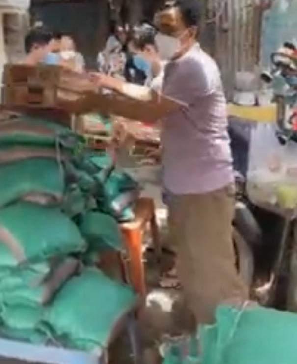 Quyền Linh tới xóm ve chai, người dân hỏi tiền cứu trợ và phản ứng xúc động của nam MC - Ảnh 3.