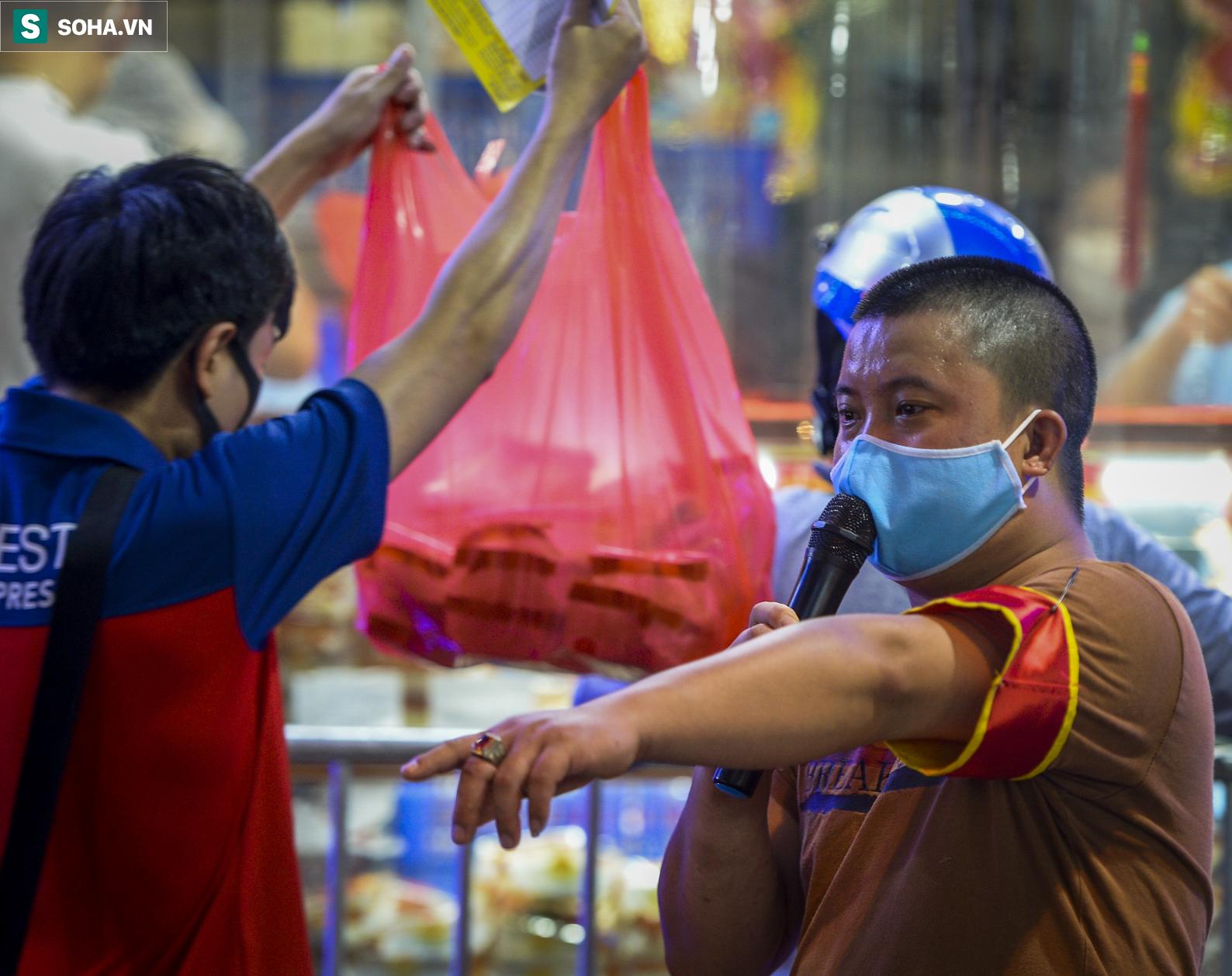 Hà Nội ngày đầu nới lỏng giãn cách cho vùng xanh, người dân xếp hàng dài chờ mua bánh trung thu - Ảnh 3.