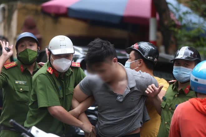 Cảnh sát đập kính kéo tài xế xe Beijing ra ngoài vì gây náo loạn cả tuyến phố - Ảnh 1.