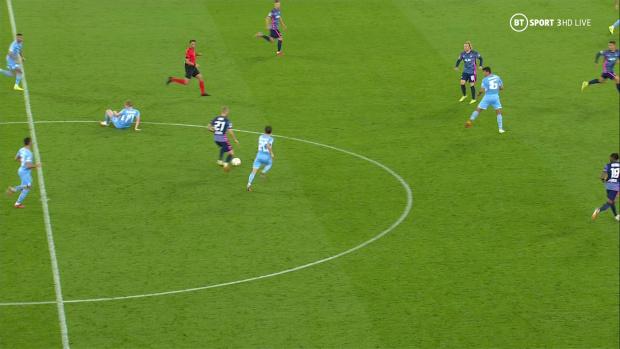De Bruyne nổi giận vì bị trọng tài cản trở khiến Man City thủng lưới - Ảnh 2.