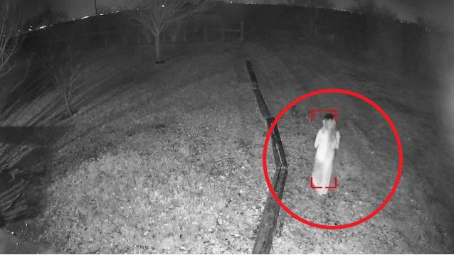 Xem lại camera, người đàn ông sởn da gà thấy ma nữ trước nhà lúc 2h sáng, hỏi hàng xóm xong còn sợ hơn - Ảnh 3.