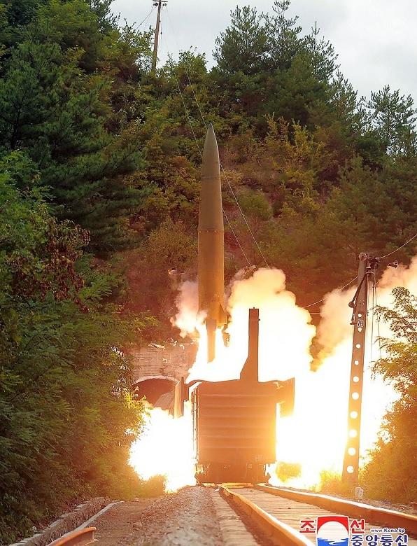 Khoảnh khắc tên lửa đạn đạo Triều Tiên lần đầu rời bệ phóng trên tàu hỏa - Ảnh 3.