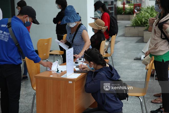 NGAY LÚC NÀY: Thủy Tiên và Công Vinh đã có mặt tại ngân hàng, tiết lộ 18000 trang sao kê sẵn sàng chờ giờ công khai! - Ảnh 4.